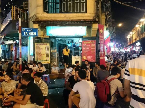 Con phố Tạ Hiện với hàng quán san sát nhau, đông đúc và nổi tiếng bậc nhất khu trung tâm phố cổ. (Ảnh: vietnamnet)