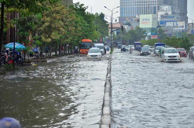 Đường Nguyễn Hữu Cảnh cứ mưa là ngập (ảnh Đình Thảo)