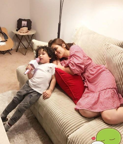 Diễm Hương viết tâm thư về con trai dậy thì tuổi lên 3. Cô chia sẻ: Mẹ hiểu sẽ còn rất nhiều khó khăn phía trước đợi 2 chúng ta, nhưng cùng nhau chúng ta vượt qua tất cả.
