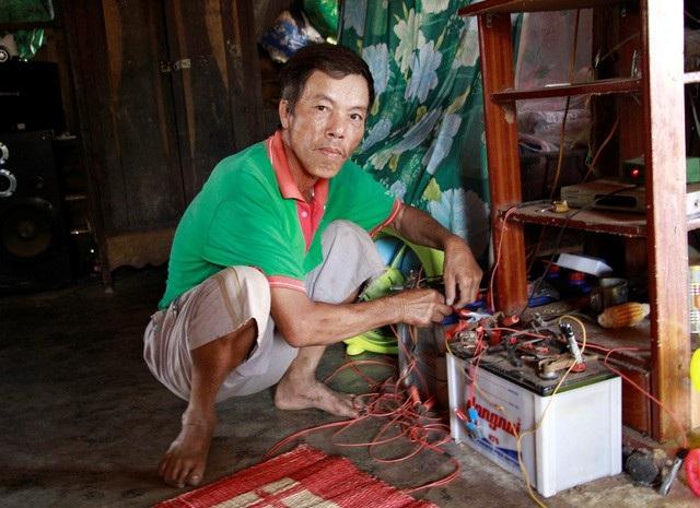 Người dân thôn Nà Ven gần 30 năm trời phải xài bình ắc quy vì không có điện