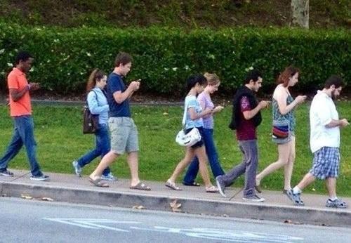 Thói quen vừa đi vừa dùng điện thoại di động đang làm thay đổi dáng đi lẫn cách đi của con người