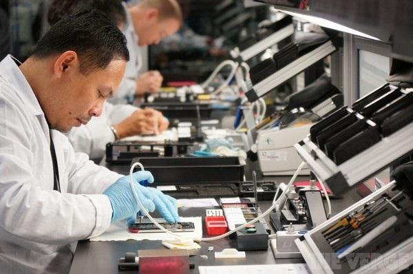 Nhà máy của Vertu như một đại công trường, nơi mà mỗi nhân viên đều có những bàn làm việc và kho công cụ của riêng mình.