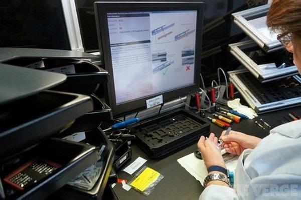 Phải mất nhiều tháng đến một năm để huấn luyện một kỹ sư trở thành nhân viên lắp ráp điện thoại của Vertu. Tuy nhiên ngay cả những nhân viên lành nghề nhất cũng phải tuân thủ theo từng bước hướng dẫn lắp ráp được hiển thị ở một màn hình trước mắt của mình.