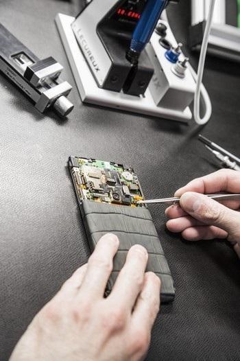 Những chiếc điện thoại Vertu được lắp ráp thủ công cũng góp phần tạo nên sự xa xỉ cho sản phẩm