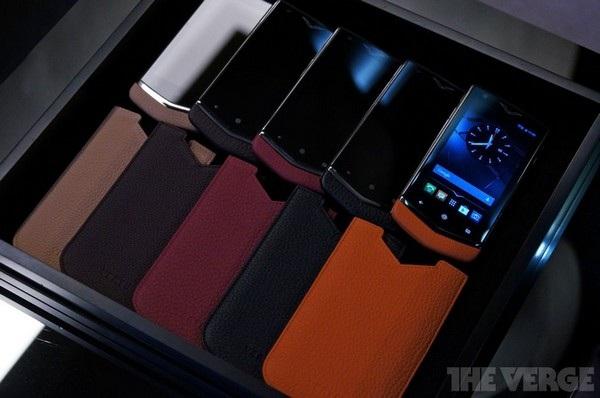 Một hộp đựng 5 chiếc smartphone Constellation của Vertu với những bao đựng bằng da có màu sắc khác nhau. Hộp đựng sản phẩm này có giá 25.000 Euro.