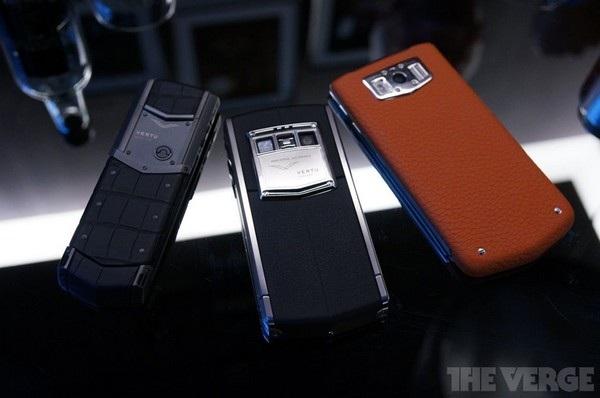Bộ 3 sản phẩm của Vertu, từ trái sang phải bao gồm: Signature S, Ti 2013, chiếc smartphone chạy Android đầu tiên của Vertu và Constellation. Giá cho mỗi sản phẩm lên đến hàng ngàn USD.