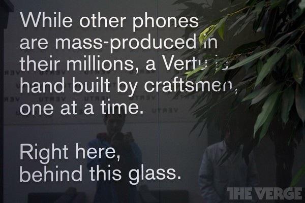 """""""Trong khi những điện thoại khác được sản xuất hàng loạt lên đến hàng triệu, một chiếc Vertu được ráp bằng tay bằng những người thợ thủ công, mỗi lần một chiếc. Ngay tại đây, đằng sau tấm kính này"""", một thông điệp được gắn lên bức tường kính của văn phòng Vertu cho thấy triết lý hoạt động của công ty."""