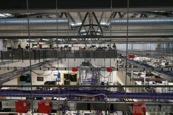Phía dưới của văn phòng Vertu được dành cho khu vực sản xuất, lắp ráp, kiểm tra và đóng gói sản phẩm, trong khi tầng trên dành cho khu vực quản trị. Bên trong được lắp đặt camera quan sát các vật liệu cao cấp mà Vertu sử dụng cho sản phẩm của mình đề phòng trường hợp bị mất cắp.