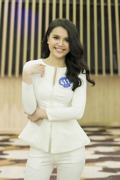 Diệu Thùy, em gái của Diệu Hân, Hoa hậu Đông Nam Á 2012. Cô sinh năm 1997, cao 176cm và có gương mặt giống hệt chị gái.