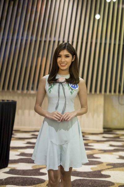 Nữ tiếp viên hàng không Nguyễn Thị Diệu Thương được các đồng nghiệp ủng hộ thi Hoa hậu. Cô sinh năm 1996, cao 173cm. Để tự tin tham gia cuộc thi, cô đã dành thời gian tập luyện hình thể.