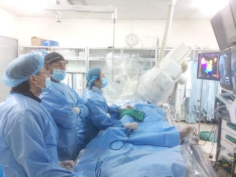 Chuyên gia nước ngoài chuyển giao kỹ thuật cho bác sĩ bệnh viện Chợ Rẫy