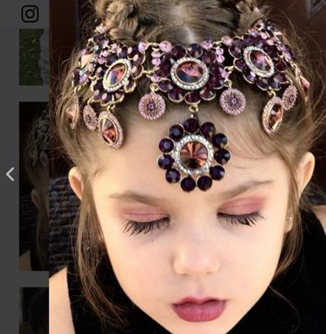 Cô bé 3 tuổi có khả năng trang điểm khiến nhiều người thán phục