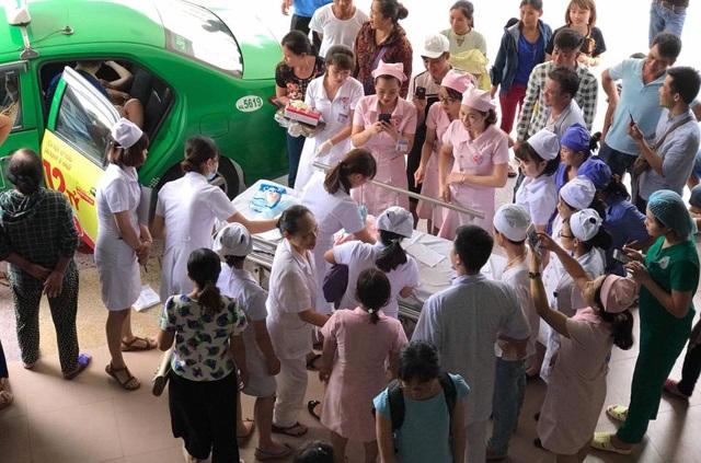 Rất nhiều đồng nghiệp, người nhà bệnh nhân theo dõi ca hỗ trợ đỡ đẻ hi hữu này của các nữ hộ sinh (ảnh N.A)