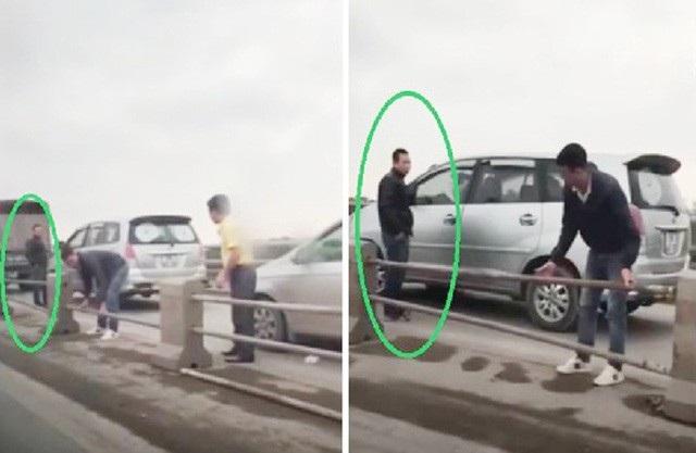 """Sáng 15/12, nhiều xe ô tô đã đi vào làn đường dành cho xe máy trên cầu Thanh Trì. Sau đó một số tài xế phát hiện có lực lượng CSGT đang làm việc ở phía trước nên đã xuống xe và tự ý tháo những ống thép của dải phân cách trên cây cầu này để cho xe """"nhảy"""" sang làn dành cho ô tô, nhằm tránh bị xử phạt lỗi đi sai làn."""