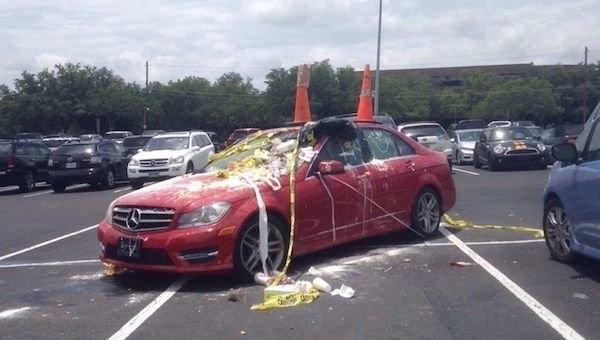 """Chắc hẳn, quái xế này sẽ phải tốn một khoản chi phí không nhỏ để dọn dẹp đống """"hình phạt"""" dành cho chiếc xe của mình."""