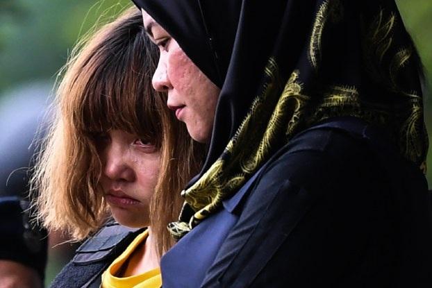 Nghi phạm Đoàn Thị Hương bị dẫn giải rời phiên tòa đầu tiên hôm 1/3 tại Malaysia. (Ảnh: AFP)
