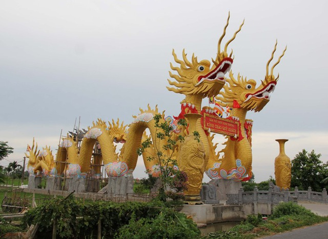 Một điện thờ được xây dựng trên diện tích khoảng 10.000 m2, nổi tiếng với đôi rồng cùng cặp lục bình khổng lồ ở Thái Bình gây xôn xao dư luận. Điều đặc biệt, người dân cho rằng điện thờ này chưa được cấp phép xây dựng, còn cặp rồng khổng lồ thì lấn chiếm hành lang giao thông. (Ảnh: Đức Văn)