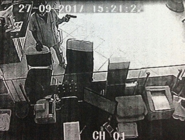 Đối tượng cầm vật nghi là súng để cướp ngân hàng