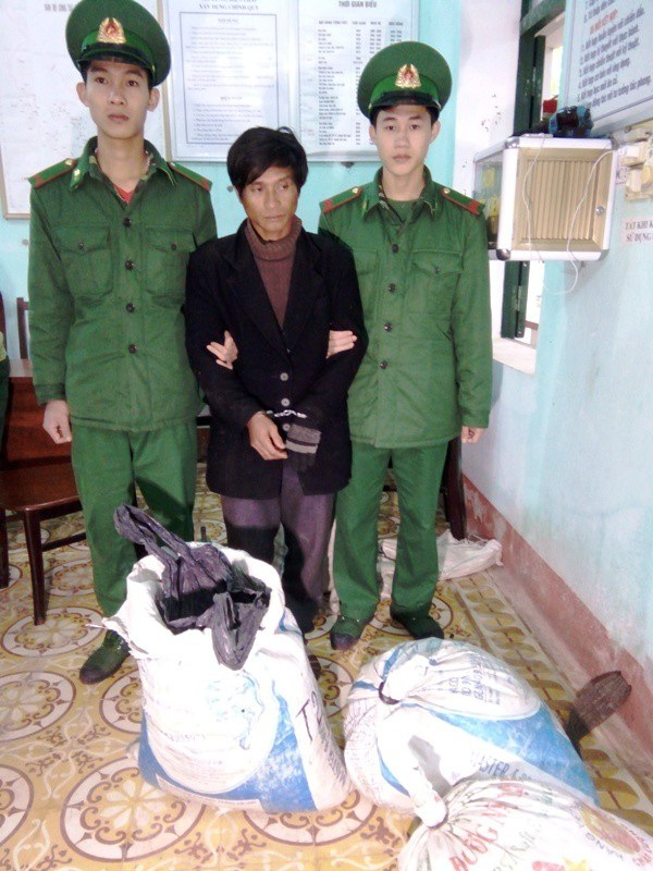 Đối tượng Hồ Văn Mượt bị bắt giữ cùng tang vật (Ảnh: Đình Tiến)