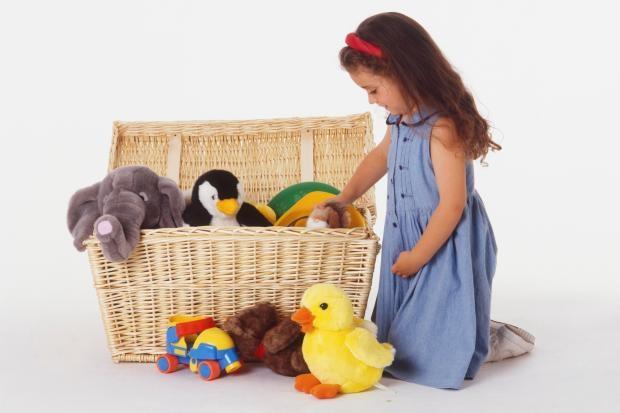 Việc bố mẹ đề ra các quy tắc cho con là để con biết sống có trách nhiệm với cách cư xử cũng như những hành động của mình. (Ảnh minh họa: Dọn đồ chơi sau khi chơi cũng là một quy tắc mà bố mẹ cần đặt ra cho con nhỏ)