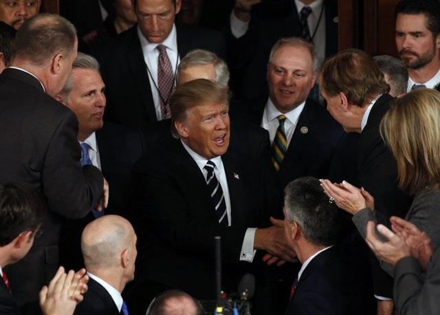 Tổng thống Donald Trump xuất hiện tại trụ sở quốc hội và bắt tay với các quan khách trước khi bước lên bục phát biểu. (Ảnh: Reuters)