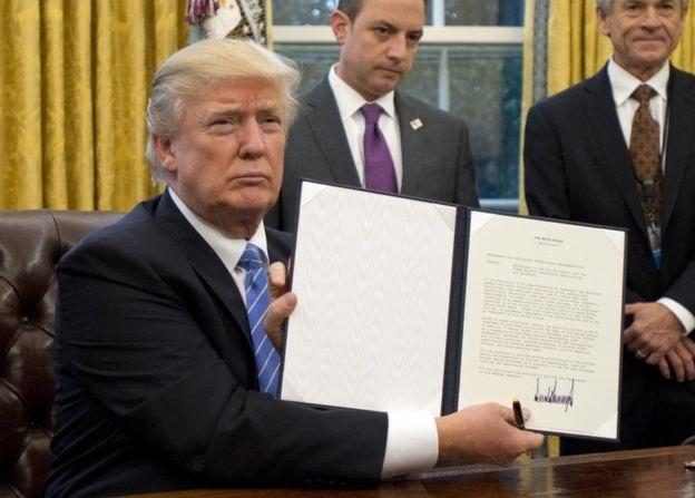 Tổng thống Mỹ Donald Trump ký hàng loạt sắc lệnh ngay sau khi nhậm chức. (Ảnh: Reuters)
