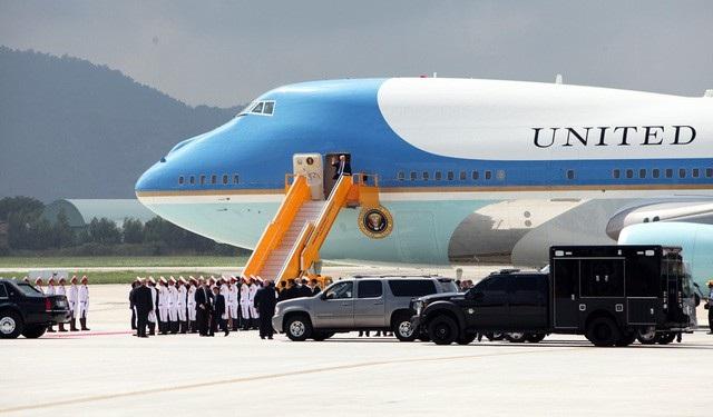 Chuyên cơ Không Lực Một chở Tổng thống Donald Trump tới Đà Nẵng đã đỗ ở vị trí rất xa khu vực nhà khách VIP A (ảnh: Quý Đoàn)