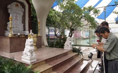 Các đồng chí K4 thắp hương đồng đội tại Bia tưởng niệm trong khuôn viên NHNN chi nhánh tỉnh Thừa Thiên Huế