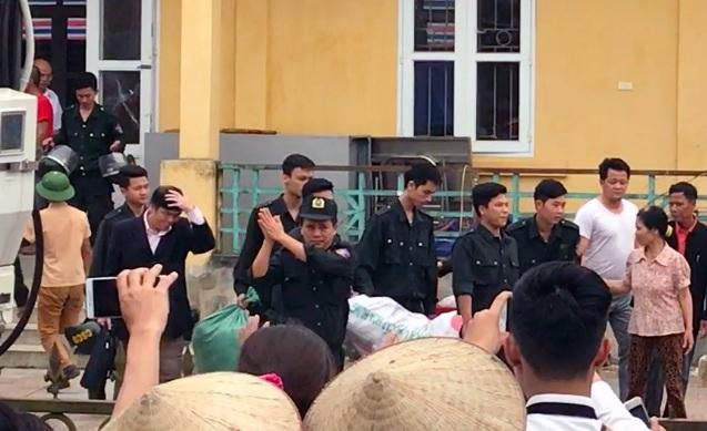 Lãnh đạo Trung đoàn CSCĐ cảm ơn người dân Đồng Tâm.