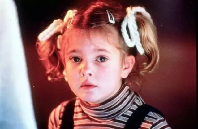 Drew Barrymore, sinh năm 1975, xuất thân từ một gia đình có truyền thống nghệ thuật. Ông nội cô là tài tử danh tiếng John Barrymore. Cô bắt đầu tham gia đóng phim khi mới 7 tuổi. Gương mặt đẹp, bầu bĩnh và phảng phất nét cá tính giúp Drew gây ấn tượng mạnh mẽ với khán giả.