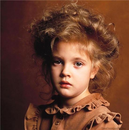 Gương mặt đẹp như thiên thần của Drew Barrymore ngay từ khi còn nhỏ giúp cô trở thành người mẫu ảnh tại Hollywood bên cạnh công việc tham gia diễn xuất trong các bộ phim truyền hình.