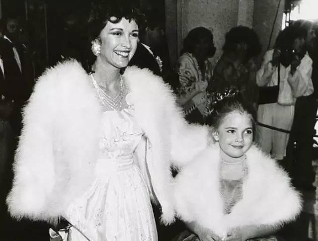 Drew tham dự một sự kiện cùng mẹ ruột. Cô bé 9 tuổi khoác áo lông thú, trang điểm nhẹ nhàng và sải bước trên thảm đỏ như một ngôi sao điện ảnh chính hiệu.