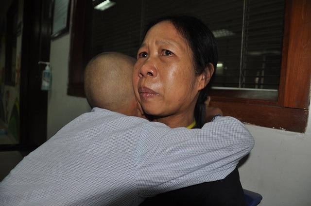 Bản thân chị Thấm bị ung thư vòm họng nhưng xin bệnh viện về để đi chăm con trai.