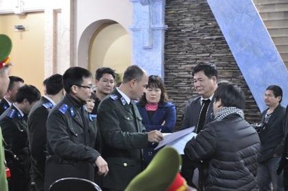 Chấp hành viên Đặng Xuân Quang đang lật giở hồ sơ trong vụ cưỡng chế THA của Chi cục THA TP Việt Trì bất chấp kháng nghị giám đốc thẩm.