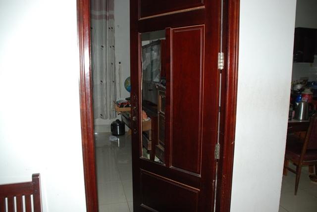 Cánh cửa phòng trong nhà có dấu hiệu bị cạy