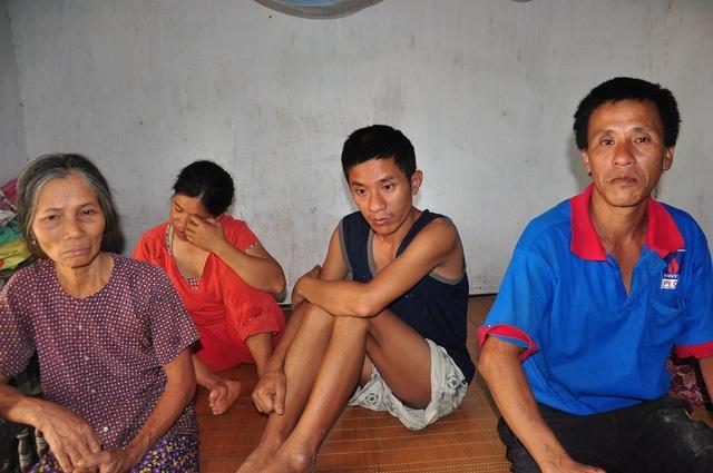 Chồng ốm đau phải đi viện, 1 tay bác Diêm phải lo liệu chăm sóc cho 3 con bị nhiễm chất độc da cam.