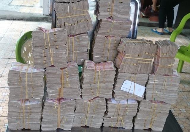 Hàng cân, thậm chí là hàng yến tiền mệnh giá nhỏ đã được các tài xế chuẩn bị sẵn để trả phí khi qua trạm BOT Cai Lậy.