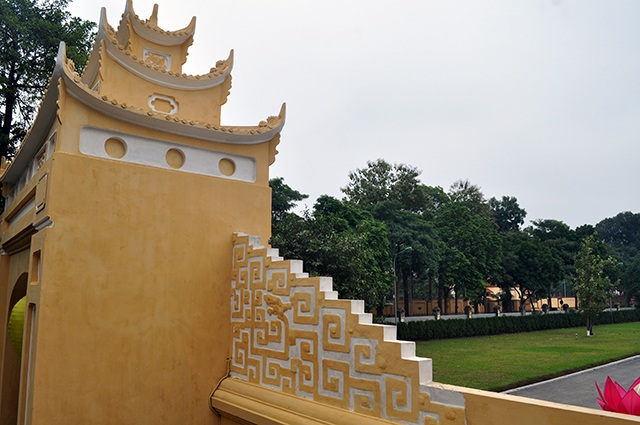 Trước lo ngại của dư luận cho rằng việc vôi ve lại sẽ khiến Hoàng Thành Thăng Long mất đi vẻ đẹp cổ kính, ông Trần Việt Anh cho biết khoảng 3 tháng nữa lớp áo mới này sẽ xuống màu như cũ.