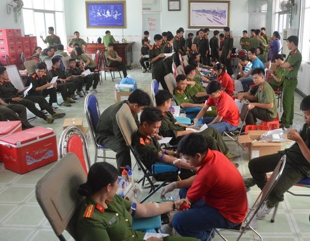 Lực lượng vũ trang Bạc Liêu tích cực tham gia hiến máu tình nguyện trong ngày phát động.