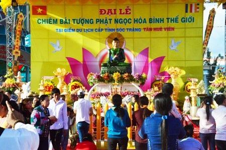 Người miền Tây nô nức chiêm bái tượng Phật ngọc hòa bình thế giới - 1