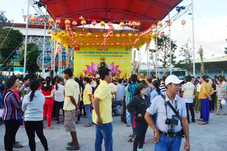 Người dân nô nức đổ về Sóc Trăng chiêm bái tượng Phật ngọc hòa bình thế giới.