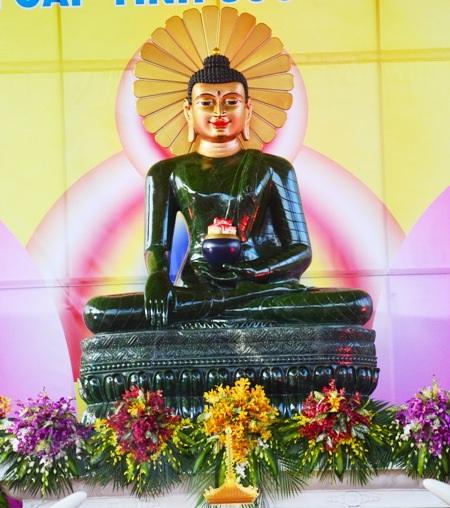 Tượng Phật ngọc hòa bình thế giới đang được triển lãm tại Sóc Trăng.
