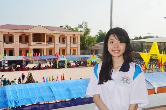 Nữ tân binh Đỗ Thị Phương Thảo đang tham gia hội tòng quân, chuẩn bị lên đường nhập ngũ.