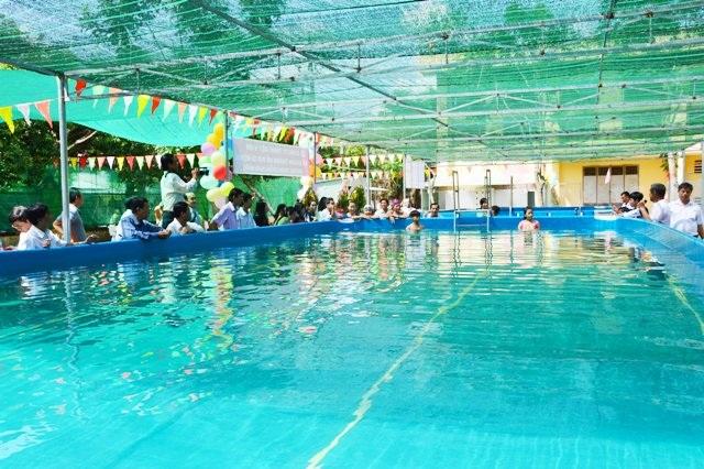 Hồ bơi di động tại trường THPT Hoàng Diệu.