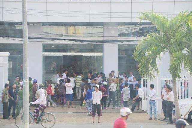 Nhiều tiểu thương kéo đến UBND TP Sóc Trăng phản đối lệnh cấm xe vào trung tâm chợ Sóc Trăng.