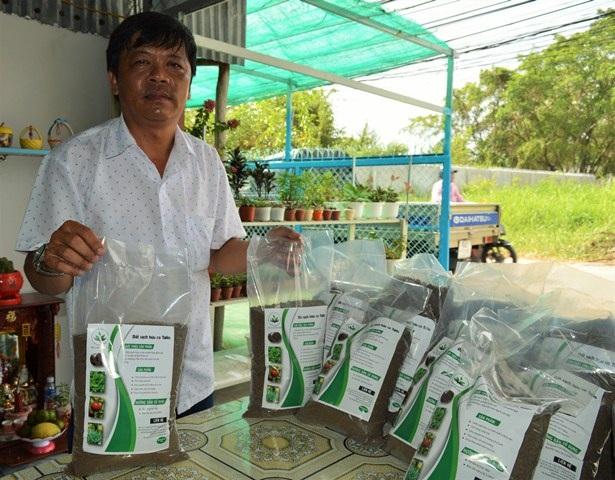 Anh Nguyễn Văn Phong chọn đất sạch hữu cơ của hai em để bón cho rau