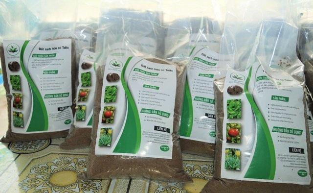 Sản phẩm của các em được đóng gói và đặt tên rất gần gũi là đất sạch hữu cơ
