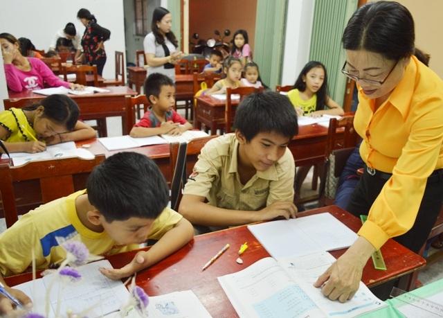 Lớp học tình thương được mở ở trụ sở khóm với nhiều đối tượng học là trẻ em khó khăn, người lao động nghèo,...