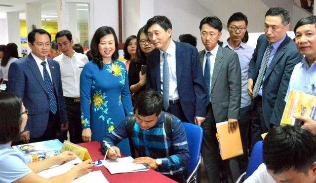 Khách mời tham quan khu vực tuyển dụng của Phiên GDVL.