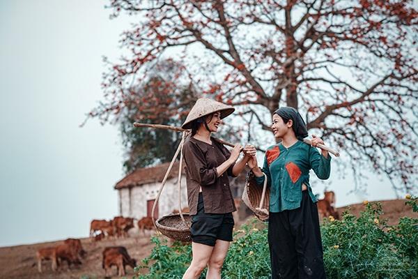Được truyền cảm hứng từ sắc đỏ hoa gạo, nhiếp ảnh Trung Kiên cùng với các người mẫu là diễn viên Đàm Hằng, MC Phí Thùy Linh cùng nhau tái hiện bối cảnh làng quê xưa dưới gốc cây gạo.
